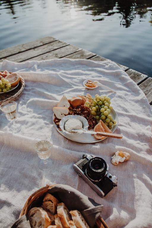 Un Pique-Nique Chic sur le quai du chalet avec Boursin Canada