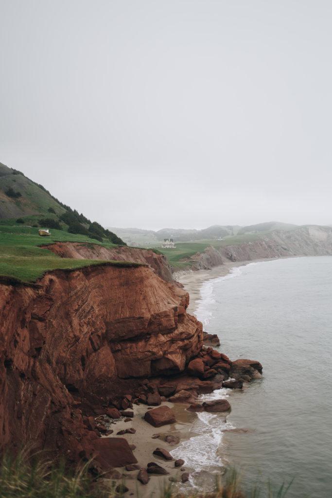Les falaises rouges et verte des Iles de la Madeleine à découvrir pendant un trip aux iles de la Madeleine - Sarah Babineau - La babineau